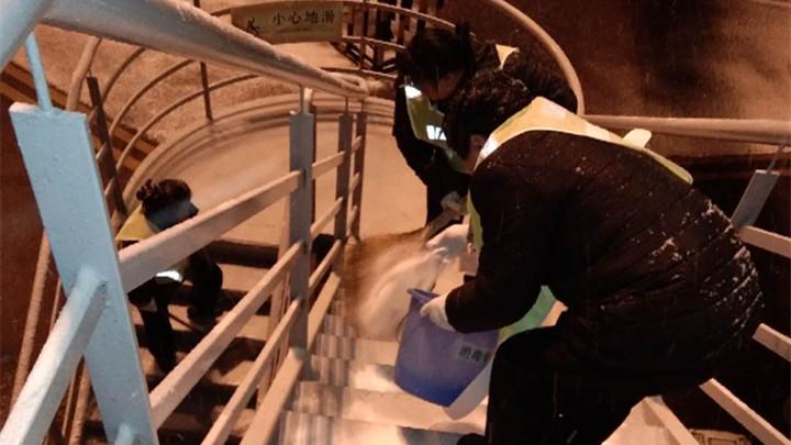 长沙机场启动大面积航班延误蓝色预警 已集结近1000名员工投入除冰雪战斗