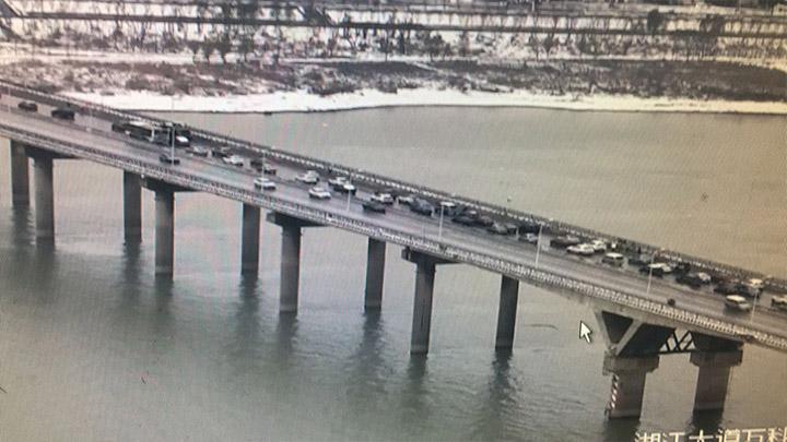 【路况信息】目前天心区南二环新开铺立交桥至猴子石大桥东往西正在清扫积雪,民警在现场疏导,车行缓慢,请注意避让。<br>