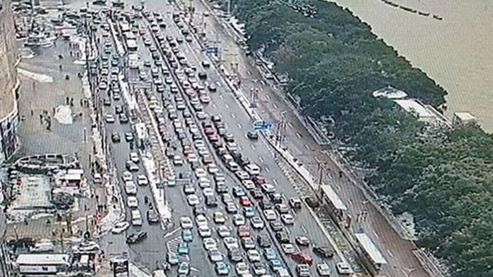 【路况信息】目前,天心区湘江路人民路口至一桥南匝道南往北车流量大,请注意安全行驶。