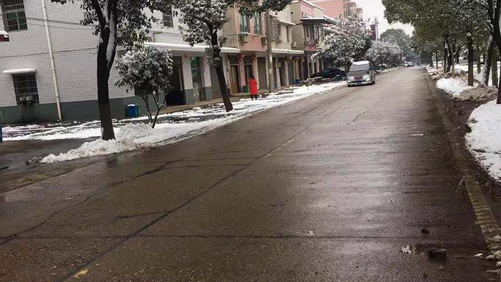 【路况信息】目前,望城区主要道路两侧有积雪,无结冰现象,车流量正常,秩序良好!