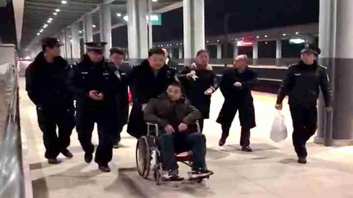 男子高铁站乘车突然倒地浑身抽搐吓坏家人 铁警用轮椅转移送医