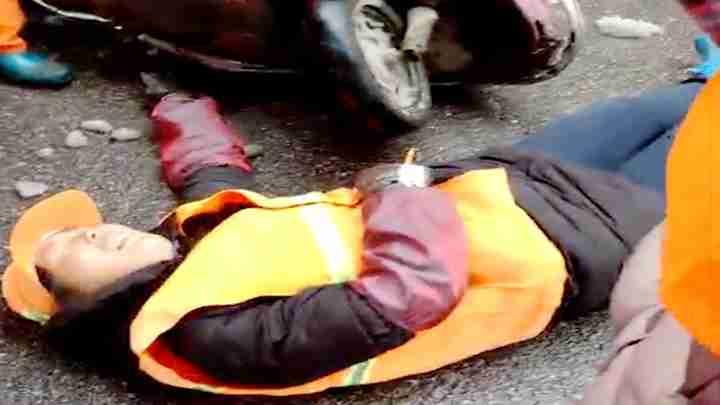 气愤!环卫工扫雪后被撞 肇事者支付送医车费后趁机开溜
