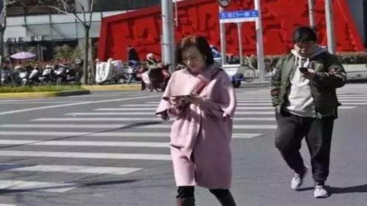 """走路玩手机害人又害己,给""""低头族""""开罚单开了个好头"""