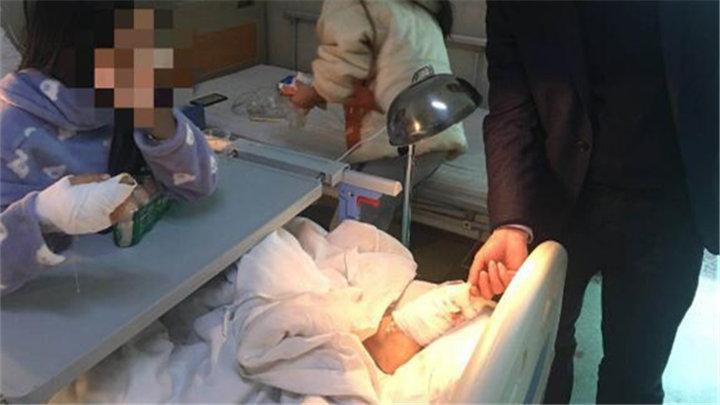 """湖南17岁少女打寒假工食指被砸烂,医生拆搬脚趾当""""手指"""""""