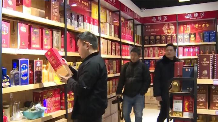 望城:商家销售假冒伪劣酒品,商品被现场扣押