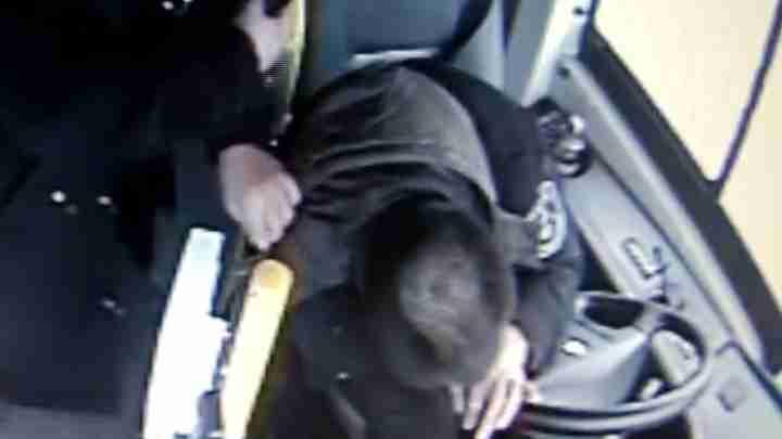 公交司机脑出血昏倒前脚踩刹车不肯松 乘客紧急协助送医