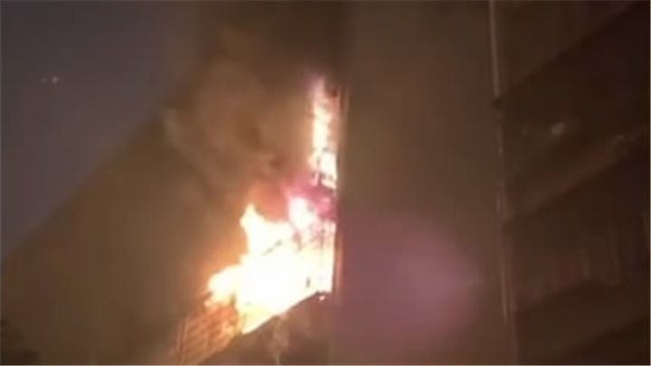 民房突发火情,物业紧急疏散居民,消防快速化解居民楼火险