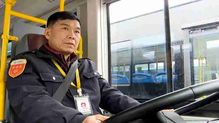 与爱同行 温暖回家路:公交司机站好每一班岗 保障乘客出行安全