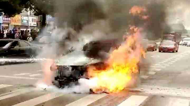 小车行驶途中突然起火 消防紧急扑救
