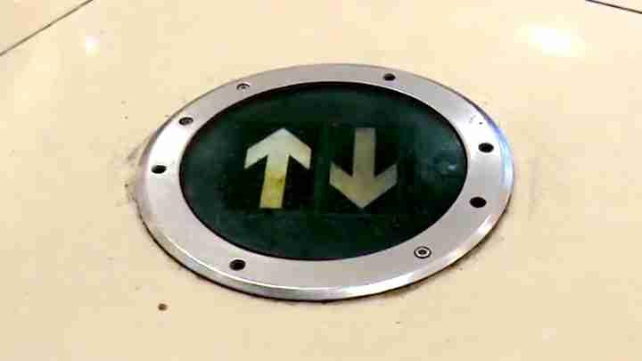 防火门无法正常闭合 疏散标志不规范 奥克斯广场被责令整改