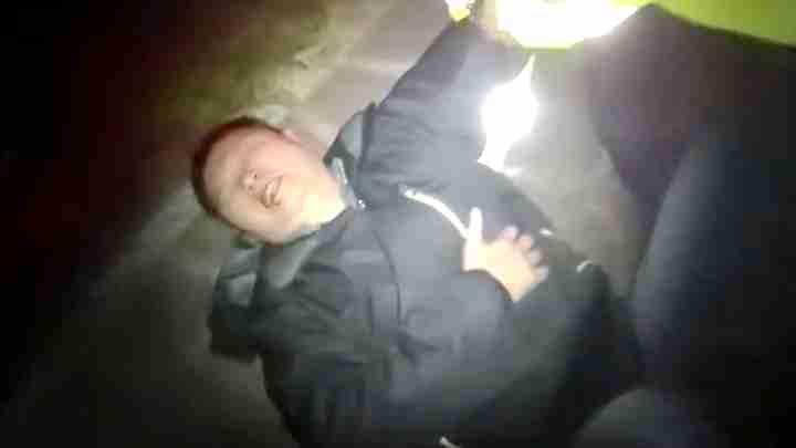 小车斜卡冲进水沟司机受伤难以站立 巡逻交警及时救助