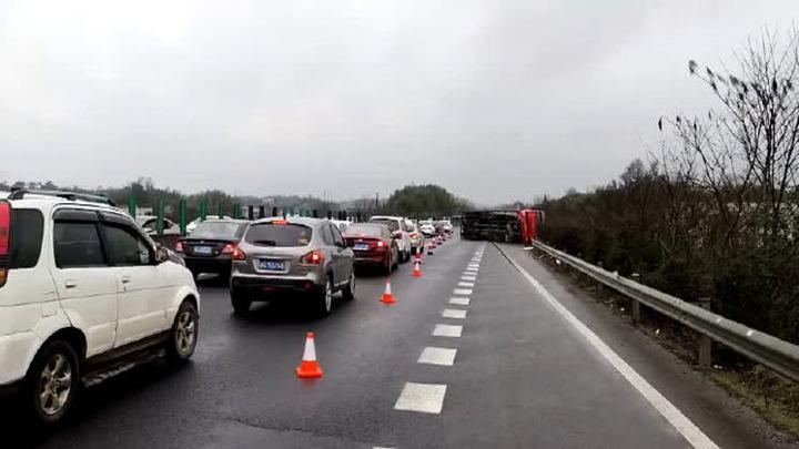 大货车翻车致岳临高速大堵车 最新高速路况看这里!