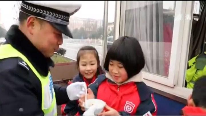 欢度元宵节:长沙望城区小学生为护学交警送汤圆