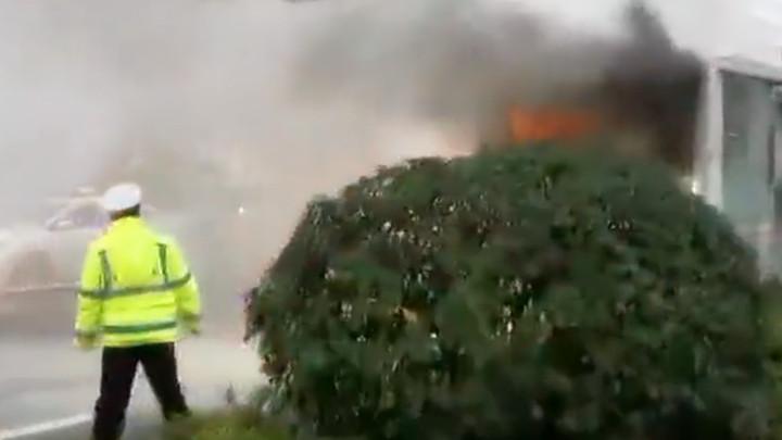 308路公交车突然起火,多方紧急处置