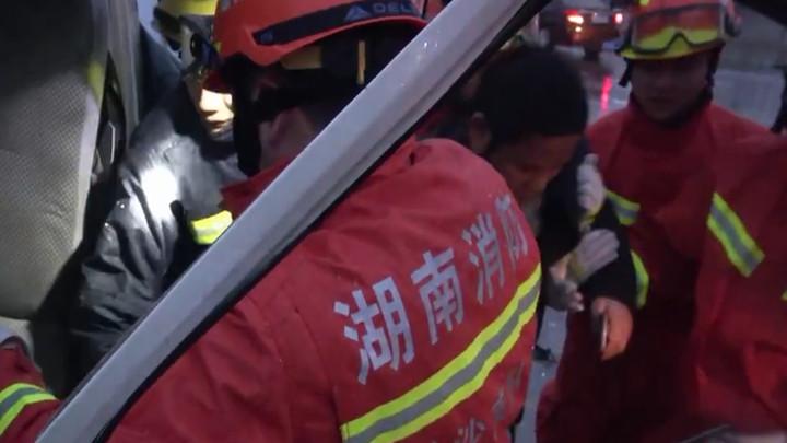 惊险!货车驾驶员被卡驾驶室,消防10分钟快速救出