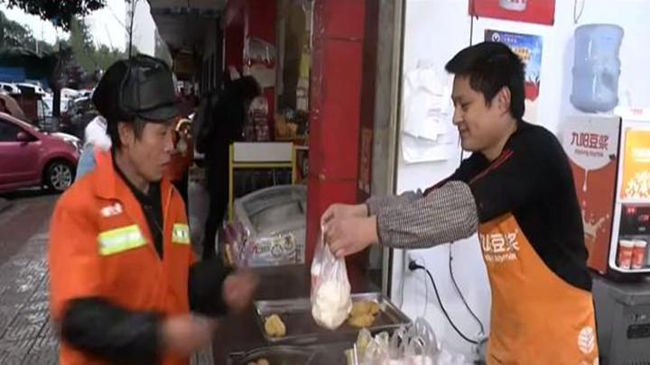 """长沙县:""""身边雷锋""""免费为环卫工提供爱心早餐"""
