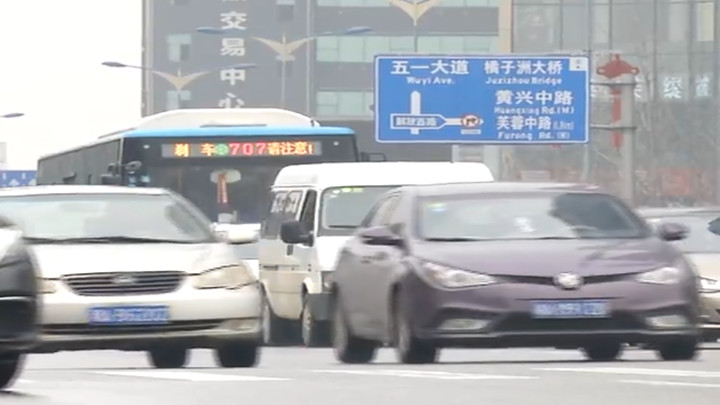 男子开车玩手机被查,顺带牵出多项交通违法