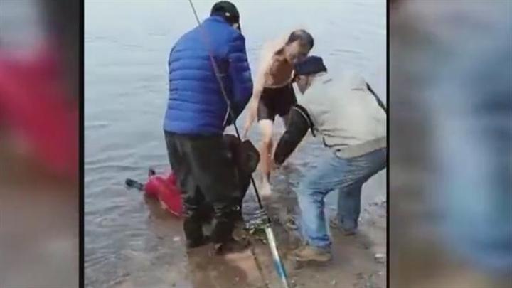 致敬平民英雄!钓鱼时发现轻生女子,六旬老人跳江救人