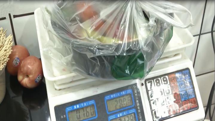 天天315:现切水果短斤少两,两斤半少称一斤