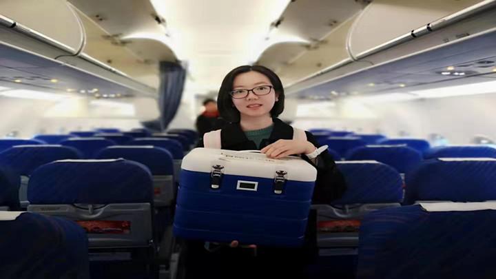 """爱心接力正在上演!11岁女孩急待""""血援"""",长沙医生1100公里接回""""救命干细胞"""""""