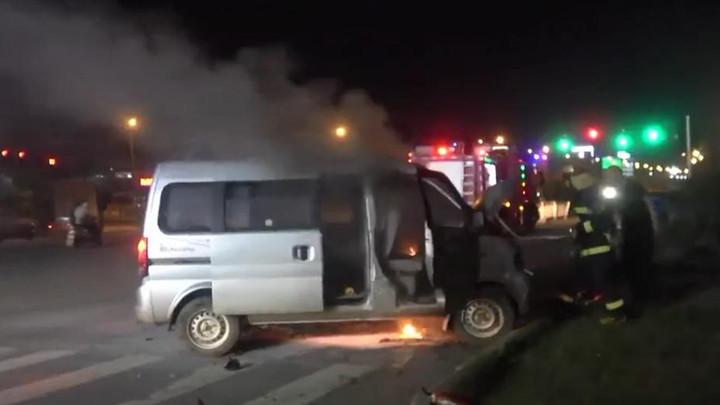 昨晚黄兴镇一面包车自燃,消防紧急排险,未造成人员伤亡