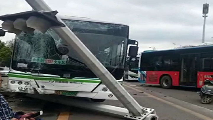 突发!长沙一公交车撞到路边交通信号杆,多名乘客送医