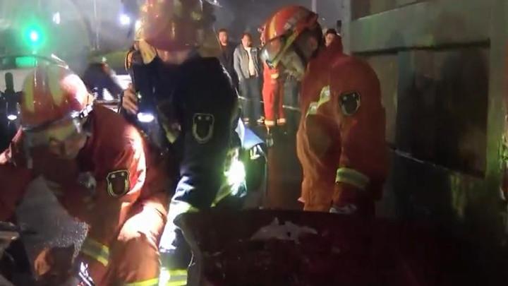 湘潭一大货车闯红灯侧翻压住小车,司机遇难后留下受伤妻子及两个幼女