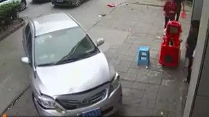 飞来横祸!男子前1秒坐超市门口玩手机,后1秒汽车冲过来进了ICU!监控记录事发一幕!