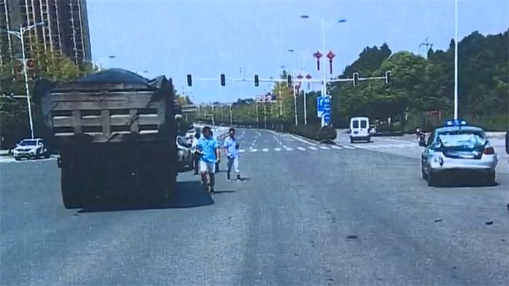 """货车闯红灯酿车祸,30年""""老司机""""竟是无证驾驶!"""