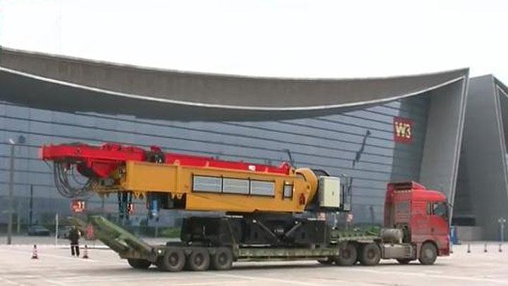 首届长沙国际工程机械展布展忙