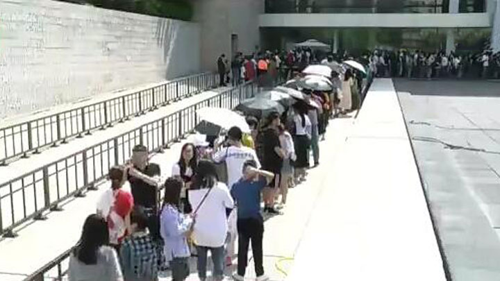 湖南省博物馆迎观展人潮 排队礼让成最美风景