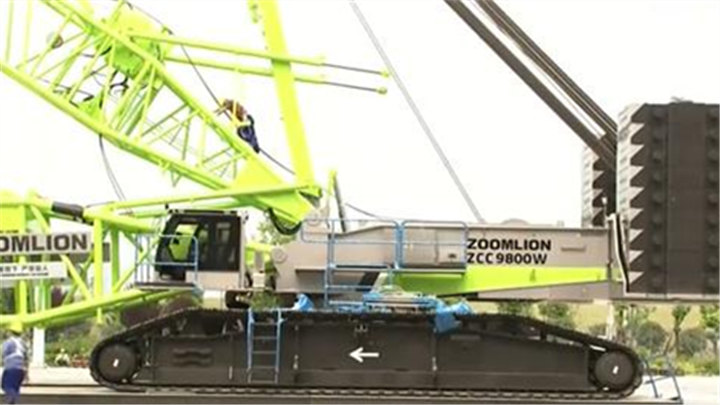 """长沙国际工程机械展布展火热进行中:178米高""""风电吊装神器""""将于明天完成履带吊整体安装"""