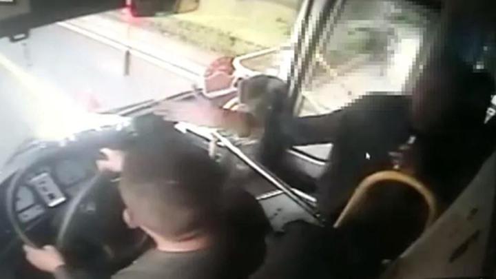 又一起!湖南一醉酒大爷殴打公交司机及其他乘客 警方:拘留!