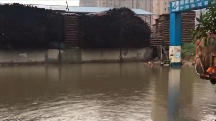 天心区:路面积水阻碍出行,市政紧急排水