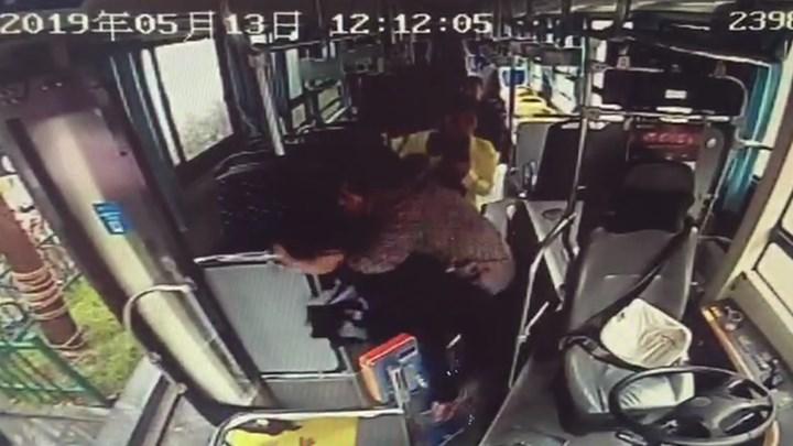 一天两起!老人乘车突发不适,长沙两公交司机背着送医