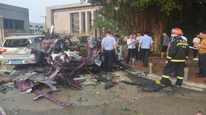 学校门前小车突然爆炸,变成废铁!看到它要远离,已致多起悲剧!