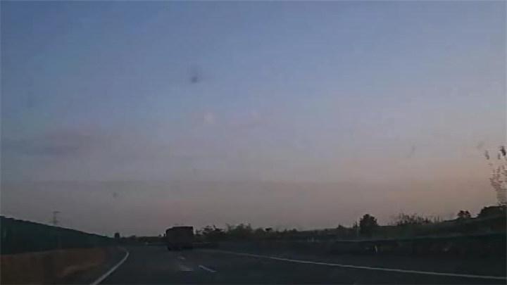 """惊险!高速公路惊现""""飞来""""铁块,殃及小车"""