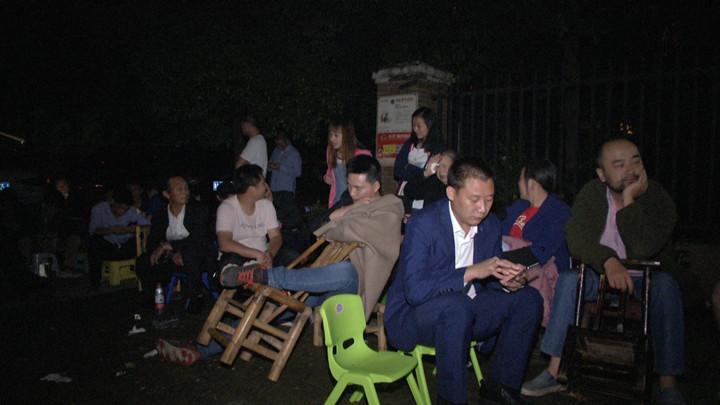 为了孩子,拼了!昨夜长沙一幼儿园门口家长通宵排队占位,场面壮观…