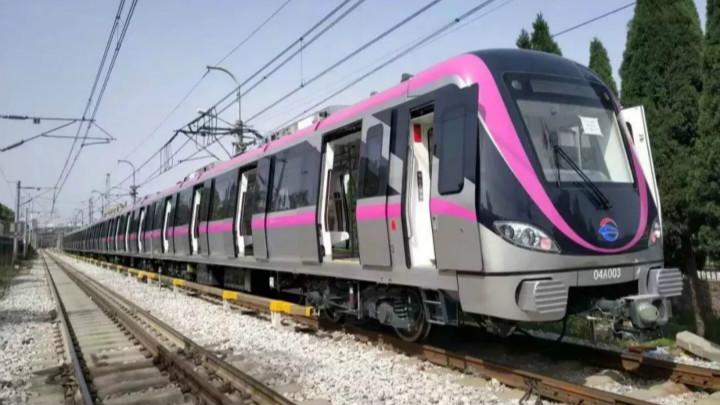 4号线线路色为紫色,对应4号线列车主题色也是紫色。列车外观设计灵感来源于麓山寺后白鹤泉,抽象呈现出白鹤起飞瞬间姿态,结合紫色主题色更显优雅和富有动感,展现着古城长沙非凡活力。