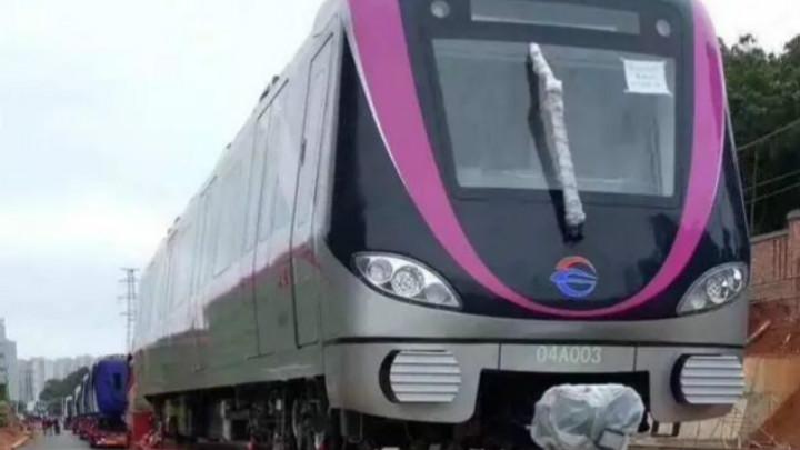 另外,4号线列车在总结以往运营经验的基础上,不断提升列车安全性、乘坐舒适性、节能环保性的创新成果。相较过去,新车带来了不少惊喜。