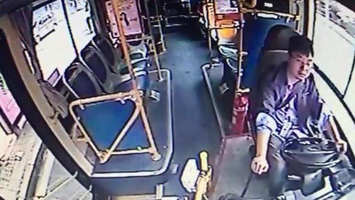 嘭!长沙143路一女乘客疑似癫痫病发摔倒在地,公交司机紧急送医