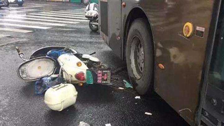 惊险!孕妇骑电动车被卷入公交车底,丈夫的一样东西救了她.....