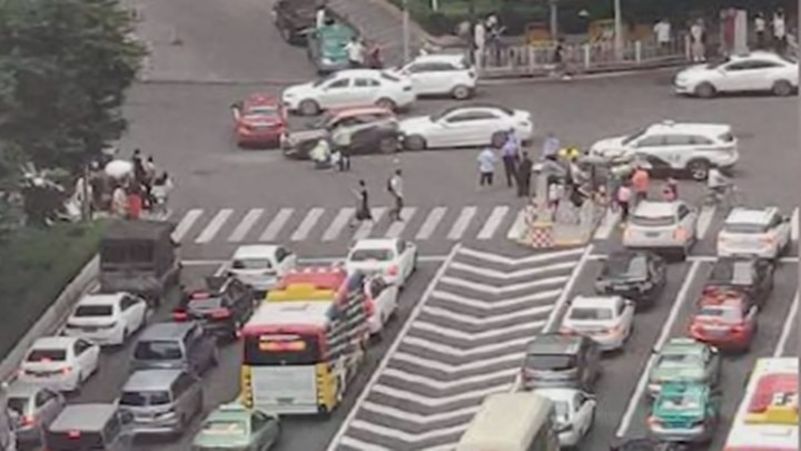 最新消息!广州轿车冲红灯致13伤事故通报来了,司机本人这样供述…