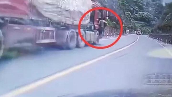 重卡失控无人驾驶,他一跃而上!网友:真英雄没披风