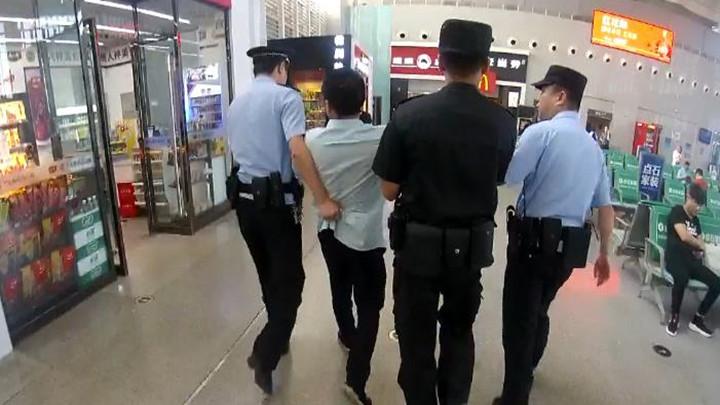 """男子在高铁上""""耍酒疯""""霸座,还殴打乘客,拘留5日!"""