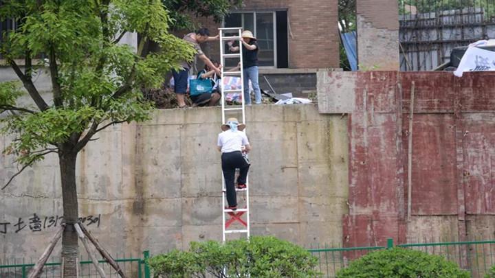 长沙一小区居民出行靠爬梯,只为求关注?