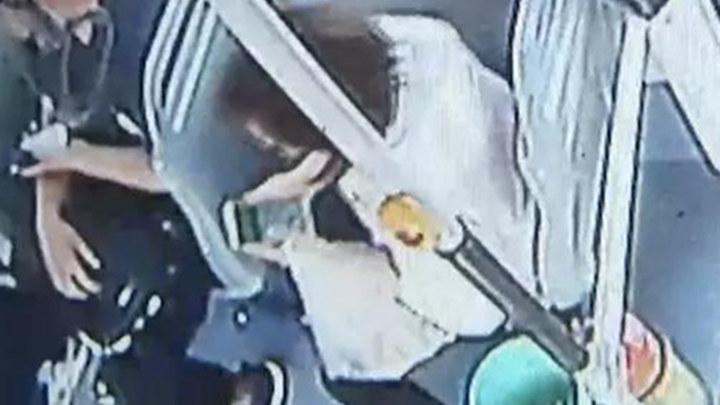 大爷乘公交遗失存有亡妻视频的手机 女子目睹全程默默捡走拒绝归还