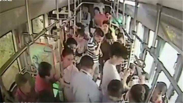 乘客车厢内晕倒 公交司机驾车赶往医院