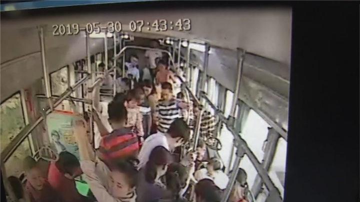 救在身边!公交司机背着发病乘客就医