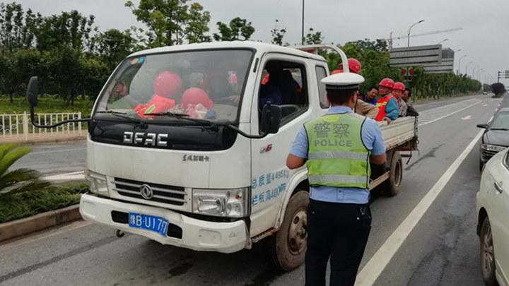 危险!货车变身客车违规搭载28人,交警及时拦截